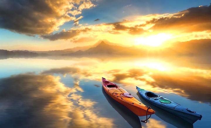 Dva kanua na jezeru na izlasku sunca